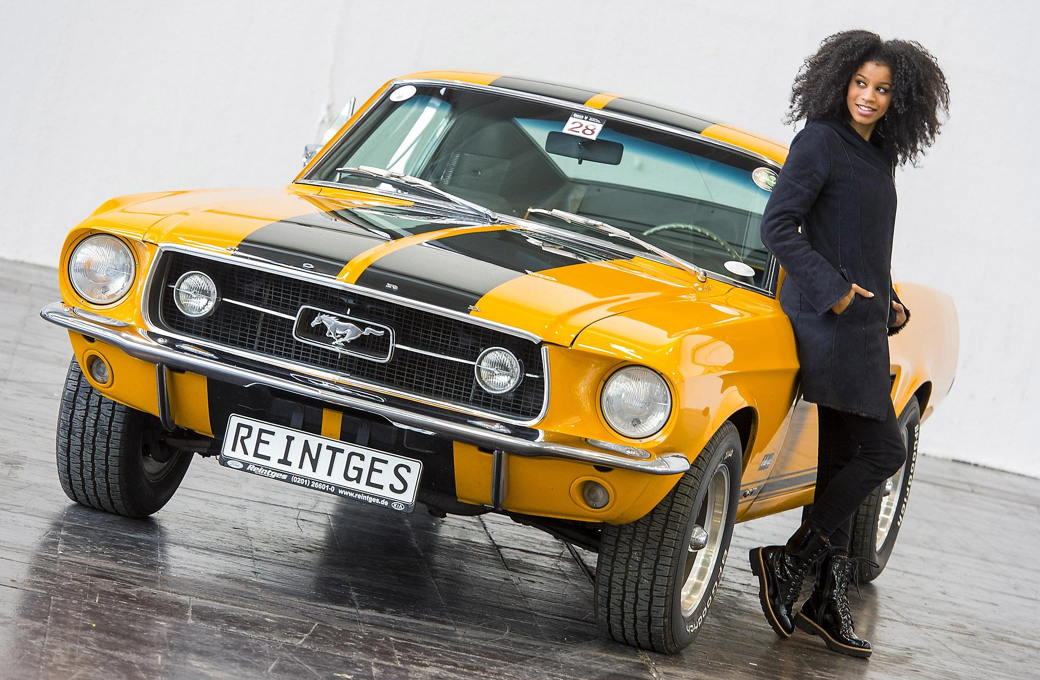 """Eine automobile Kostbarkeit ist dieser Ford Mustang Fastback """"Team Reintges"""" aus dem Jahr 1967. 300 PS, 4,7-Liter-Hubraum und acht Zylinder – der Mustang des Autohauses Reintges hält nur an, um bestaunt zu werden. Model Luisa ist von dem stilvollen Klassiker begeistert. Weitere sportliche Fahrzeuge erwarten Besucher und Fans auf der Essen Motor Show vom 26. November bis zum 4. Dezember (25. November: Preview Day) in der Messe Essen. --- 26-10-2016/Essen/Germany Foto:Rainer Schimm/©MESSE ESSEN GmbH --- Verwendung / Nutzungseinschränkung: Redaktionelle Foto-Veröffentlichung über MESSE ESSEN/CONGRESS CENTER ESSEN und deren Veranstaltungen gestattet. NO MODEL RELEASE - Keine Haftung für Verletzung von Rechten abgebildeter Personen oder Objekten, die Einholung der o.g. Rechte obliegt dem Nutzer. Das Foto ist nach Nutzung zu löschen! --- Use / utilisation restriction: Editorial photographic publications about MESSE ESSEN / CONGRESS CENTER ESSEN and their events are permitted. NO MODEL RELEASE - No liability for any infringements of the rights of portrayed people or objects. The user is obliged to seek the above rights. The photograph must be deleted when it has been utilised!"""